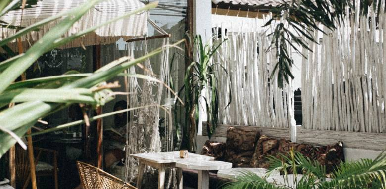 Une terrasse bohème avec une pergola pour l'abritter