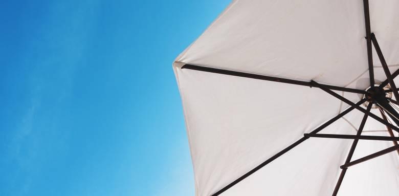 Un parasol sous le ciel. bleu