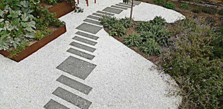 Allée de jardin et espace paysager