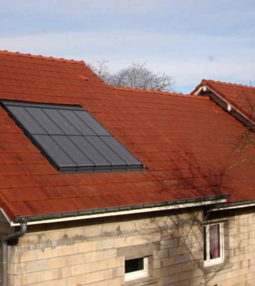 panneaux solaires sur le toit d'une maison