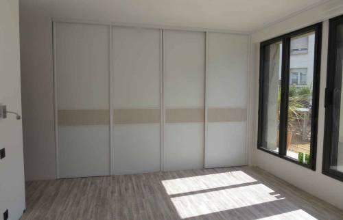 Pièce dressing mural avec étagères et rangements mur latéral  porte fermées- Biarritz - 64122 -