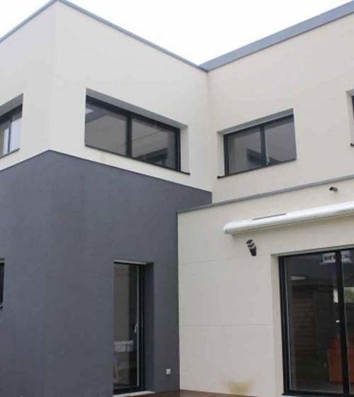 une maison avec une surélévation à toit plat