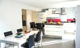 Une cuisine chaleureuse ouverte sur la pièce de vie à Reims