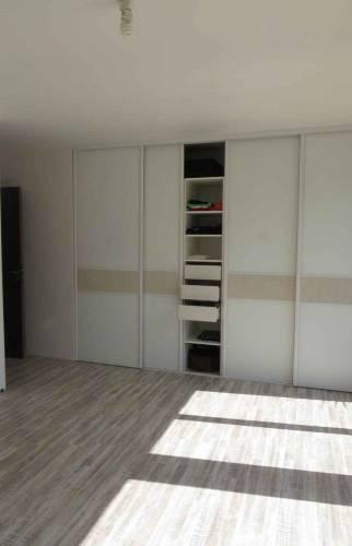 Pièce dressing mural avec étagères et rangements mur latéral - Biarritz - 64122 -