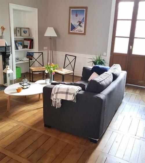 Fontenay-le-Fleury - rénovation d'un appartement - salon avec parquet stratifié et peinture