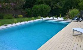 piscine dans un jardin