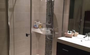 Installer un miroir dans une salle de bain à Paris 7