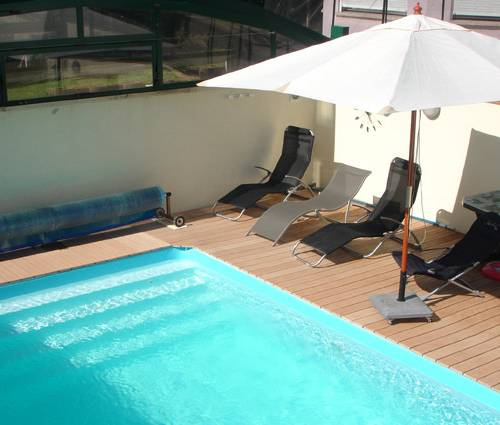 piscine béton et terrasse en bois dans le secteur de Cholet