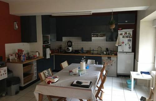 Une cuisine fonctionnelle dotée d'une verrière type atelier d'artiste