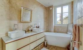 une salle de bains blanche et ocre