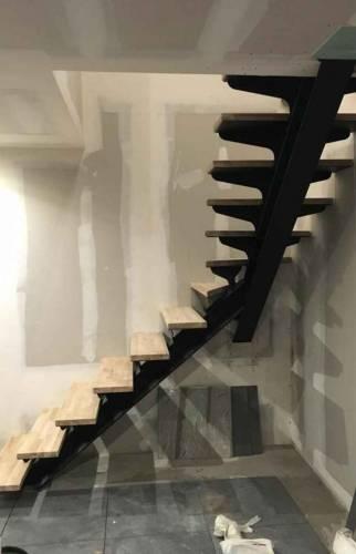 Escalier limon central bois et acier