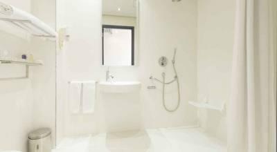 Norme d'accessibilité dans un salle de bain d'hôtel