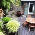 une terrasse cernée par un jardin paysager