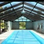 une piscine surmontée par une véranda