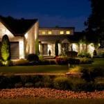 une maison avec un éclairage extérieur