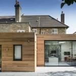une maison avec une extension en bois