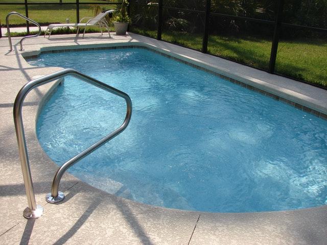 plage de piscine en résine