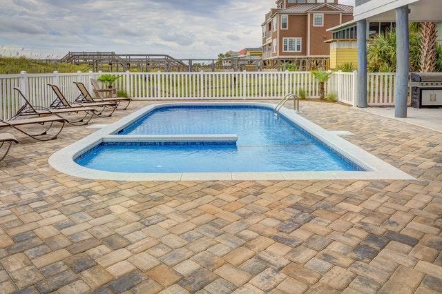 plage de piscine en pierre